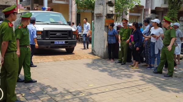 Người dân chen kín đứng cổng TAND TP Thái Bình bàn tán xôn xao về vụ d.â.m ô tập thể nữ sinh lớp 9