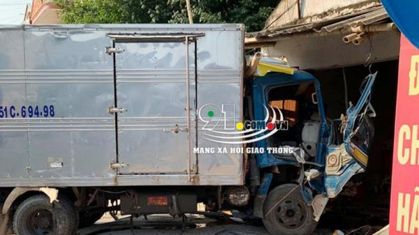 Nam Định: Xe tải m.ất lái đ.âm vào nhà d.ân, tài xế mắc kẹt tr.ọng th.ương nặng