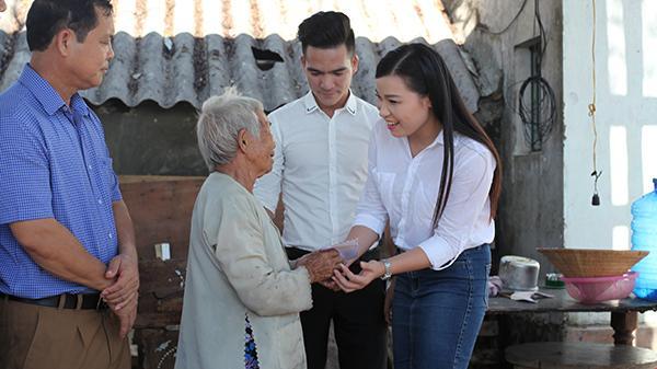 Nữ ca sĩ Thái Bình Bùi Thúy kêu gọi quyên góp 136 triệu, ân cần trao quà tận tay bà con Hà Tĩnh sau bão số 10
