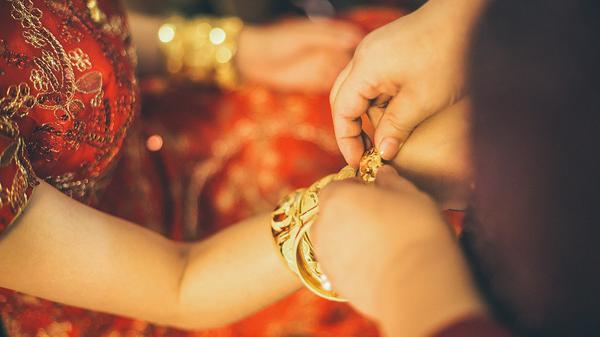"""Mùa cưới, bố mẹ """"méo mặt"""" lo của hồi môn và bi hài chuyện thuê nữ trang để... tặng cho sang"""