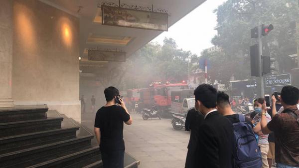 VỪA XONG: Xe ô tô bốc cháy dưới tầng hầm Tràng Tiền Plaza, nhiều người dân hoảng hốt