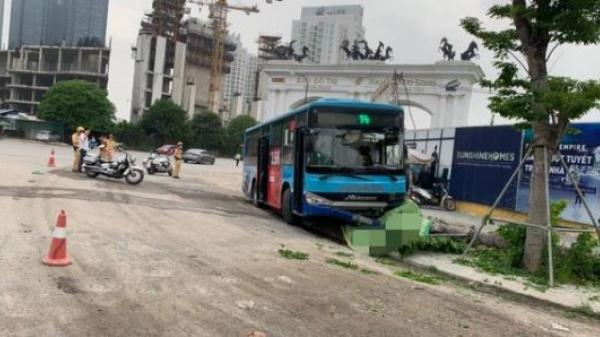 VỪA XONG: Xe buýt lao lên vỉa hè đ.â.m t.ử v.o.ng nam thanh niên đang đi bộ