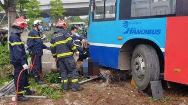 Huy động lực lượng cứu hộ cẩu xe buýt đưa thanh niên quê Thái Bình bị nạn ra khỏi gầm xe