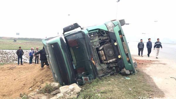 Kinh hoàng: Ôm cua gấp, xe tải lao đầu lật nhào xuống ruộng