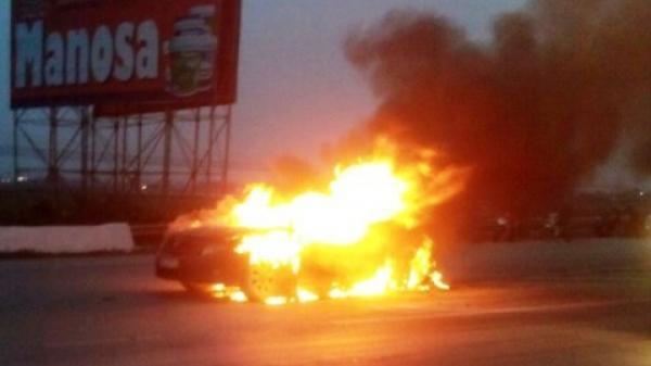 Xế hộp đang lưu thông trên đường đột nhiên bốc cháy dữ dội