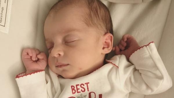Kỷ lục thế giới: Em bé kém mẹ 1 tuổi rưỡi