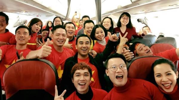 Nghệ sỹ Việt Nam hô vang 'Việt Nam vô địch' và nhuộm đỏ chuyến bay sang Trung Quốc cổ vũ U23 Việt Nam