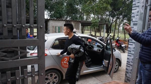 Cầu thủ Quang Hải lặng lẽ bắt taxi về nhà trong vòng tay cha mẹ
