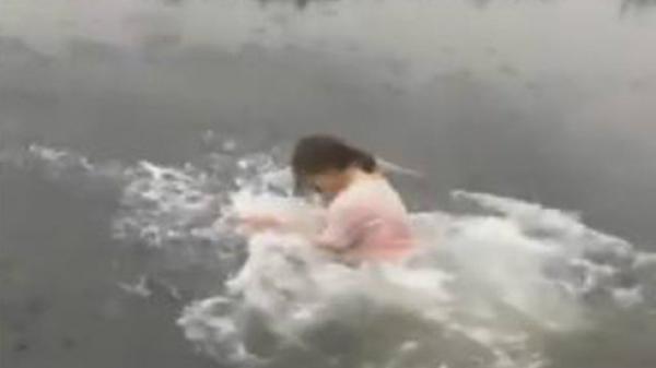 SỐC: Cô gái nhảy xuống ao trong thời tiết 6 độ C vì 50.000 đồng