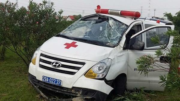 Xe cứu thương chở bệnh nhân gặp nạn trên cao tốc Hà Nội - Thái Nguyên