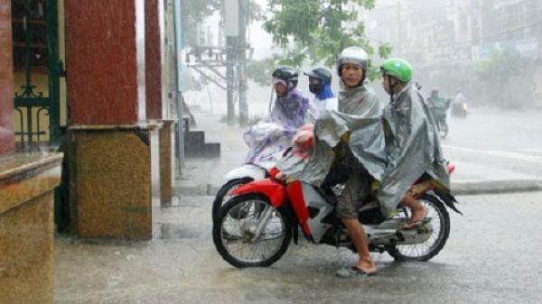 Thái Nguyên: Sĩ tử đội mưa, lội nước đến điểm thi THPT Quốc gia