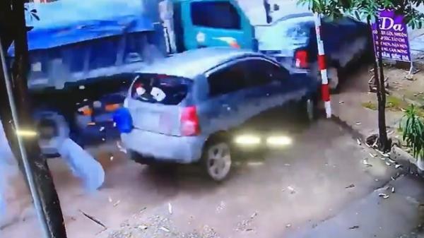 Clip: Xe ben mất lái đâm vào 2 ôtô đang đỗ bên đường ở Thái Nguyên
