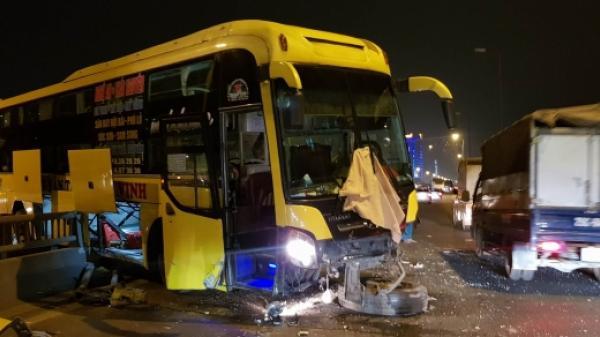 Xe khách tuyến Thái Nguyên-Nghệ An mất lái tông xuyên hai làn cầu cạn, chắn ngang đường cao tốc