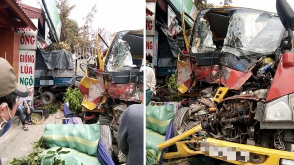 Kinh hoàng: Xe cứu hộ chở xe con đâm vào xe tải rồi cả 3 cùng lao vào nhà dân