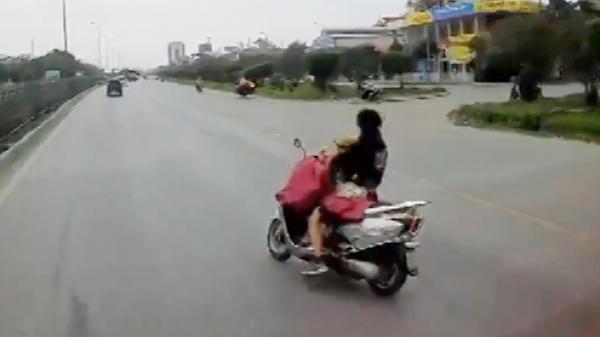Hai mẹ con suýt chết vì vừa chạy xe máy vừa cởi áo mưa