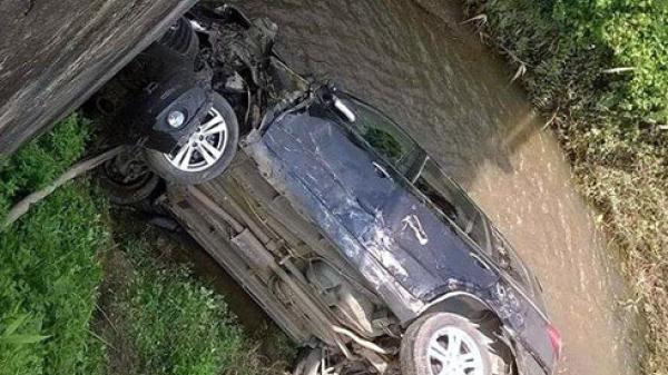 Xe ô tô rơi xuống suối, cả gia đình 4 người gặp nạn