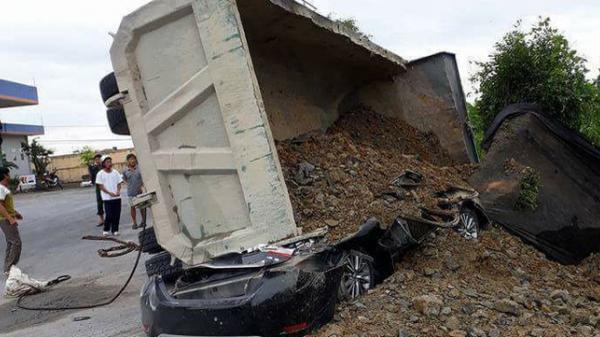 Ô tô con bị xe tải đè nát, 1 người tử vong