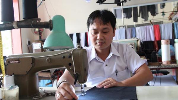 """Anh thợ may """"không chân"""" với mong muốn được dạy nghề miễn phí cho người khuyết tật"""