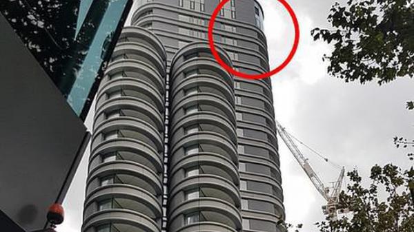 Kinh hoàng: Vừa rời khỏi khách sạn, người đàn ông bị cửa kính tầng 27 rơi trúng người, tử vong tại chỗ