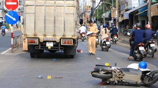 Xe tải va chạm với xe máy trên quốc lộ, bé trai 13 tuổi c.hết thảm
