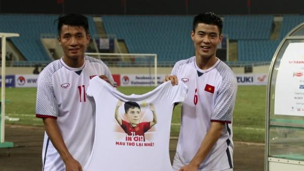 Ăn mặc như ninja xem tuyển Việt Nam thi đấu, Đình Trọng nhận món quà bất ngờ từ đồng đội