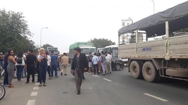 Tài xế phản đối trạm thu phí cầu Phả Lại, quốc lộ 18 giáp ranh Bắc Ninh ùn tắc kéo dài