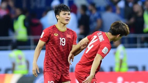 Minh Vương buồn bã khi đá hỏng penalty, nhận ngay màn động viên đáng trân trọng của Quang Hải