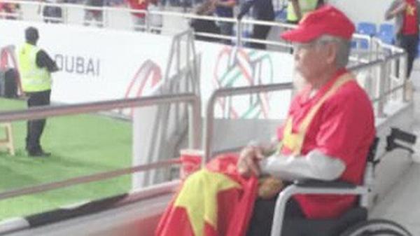 Cảm động hình ảnh CĐV cao tuổi ngồi xe lăn đến Dubai cổ vũ cả 5 trận của Việt Nam ở Asian Cup 2019