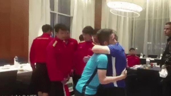 Nghẹn ngào chứng kiến HLV Park Hang Seo ôm động viên từng cầu thủ sau trận thua Nhật Bản