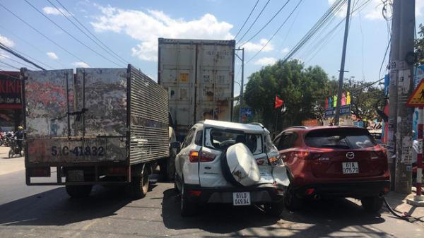 Xe Mazda CX5 tô.ng hàng loạt ô tô, xe máy, 2 vợ chồng bị t.hương, nhiều người kêu cứu giữa đường