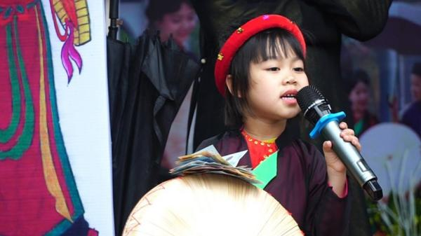 Bắc Ninh: Xuất hiện giọng ca quan họ nhí thần thái như nghệ nhân giữa Hội Lim