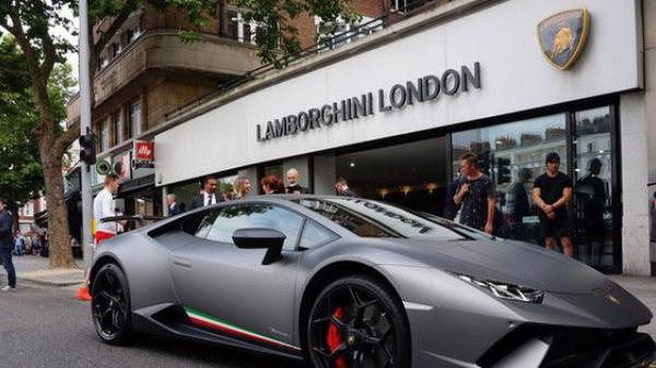 """Lời trần tình của nhân viên bán Lamborghini: """"Đừng đuổi một cậu bé 19 tuổi ra khỏi showroom"""""""