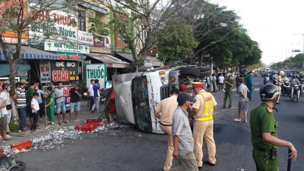 Ô tô tải húc văng 3 người đi xe máy rồi lật nhào, 2 tấn cá tràn xuống đường
