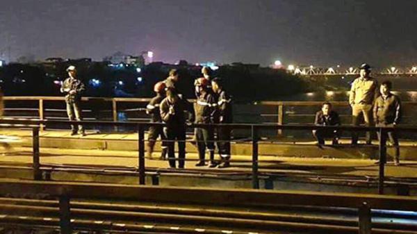 Nửa đêm đi bộ giữa lòng đường sắt, người đàn ông bị tàu hỏa đ.âm trúng, rơi xuống sông mất tích