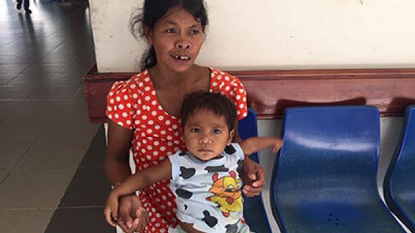 Khánh Hòa: Nỗi nhọc nhằn của người mẹ dân tộc nuôi con không có hậu môn