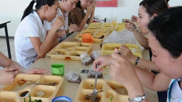 Suất cơm 12.000 đồng: Công nhân ăn gì?