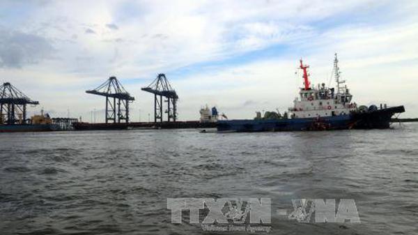 Khánh Hòa: Trục vớt và thanh thải tàu hàng mắc cạn trên vùng biển Vạn Ninh