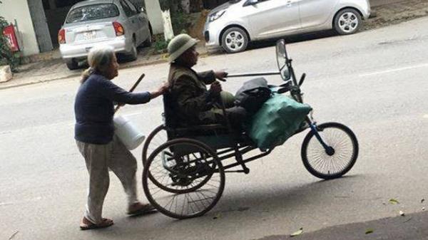 Thái Nguyên: Đôi vợ chồng già tàn tật nhặt ve chai trên đường và câu trả lời bất ngờ khi được cho tiền