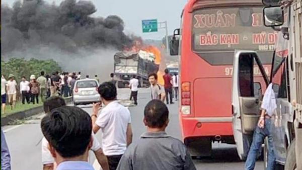 VỪA XONG: Xe chở xăng dầu cháy ngùn ngụt trên cao tốc Hà Nội –Thái Nguyên