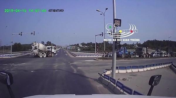 Clip: Vượt đèn đỏ, người đàn ông chạy xe máy tông thẳng xe khách, ngã văng xuống đường bất tỉnh