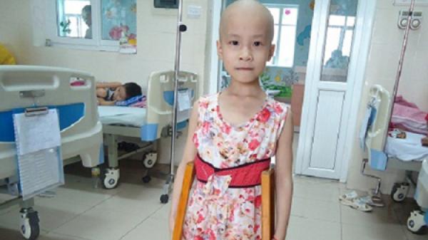 Bé gái quê Thái Nguyên nguy cơ bị cụt cả 2 chân vì ung thư xương