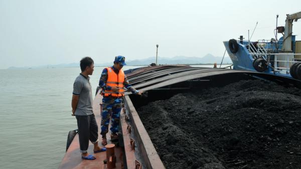 Cảnh sát biển tạm giữ 900 tấn than không rõ nguồn gốc của thuyền trưởng quê Hải Phòng