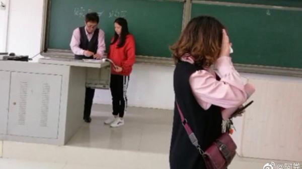 Hí hửng diện bộ cánh đẹp đến lớp thì muốn 'độn thổ' vì mặc đồ đôi với thầy giáo