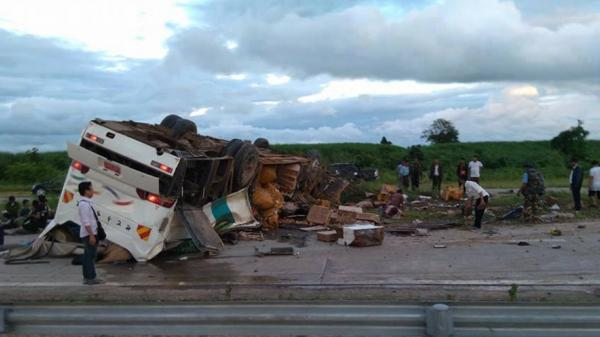 Lật xe buýt trên cao tốc, ít nhất 11 người tử vong