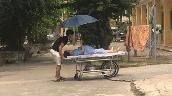 Chồng đẩy xe cáng đưa vợ bầu vào viện, vợ cầm ô che nắng cho chồng: Hôn nhân không hề là 'nấm mồ'!