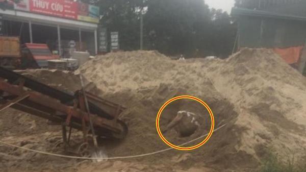 """Đang xúc cát, kinh hãi phát hiện xác chết trong tư thế """"lạ"""""""