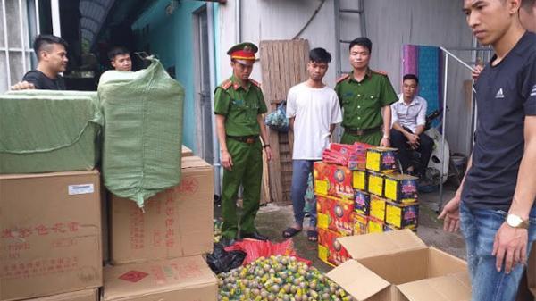 """Thái Nguyên: Lái xe taxi """"tranh thủ"""" vận chuyển trái phép gần 800kg pháo"""