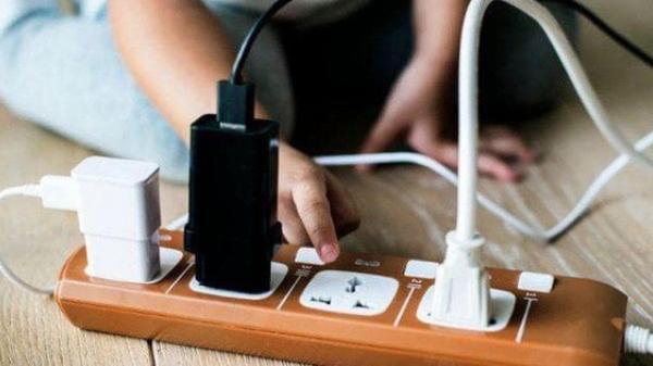 Sạc điện thoại nhưng quên không rút khỏi ổ điện, bà mẹ bất cẩn hại ch.ết con gái 2 tuổi đầy thương tâm
