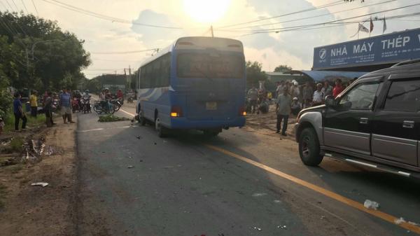 Hai xe máy va chạm trên đường, xe khách lao tới cán chết 2 người đàn ông