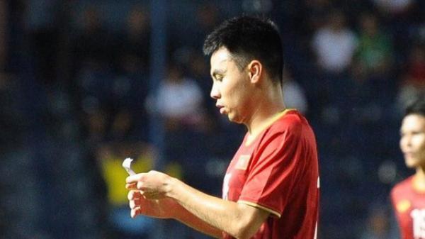 """Được thầy Park """"nhắc bài"""" bằng mẩu giấy lạ, Đức Huy lập siêu phẩm tại chung kết King's Cup"""